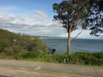 La côte de la Californie du nord donnent sur le ciel bleu nuageux d'océan photographie stock libre de droits