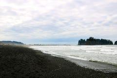 La côte de l'océan pacifique le matin brumeux tôt sur le fond des roches photo stock
