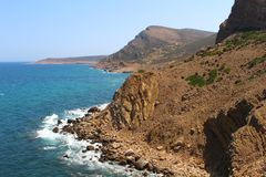 La côte rocailleuse de la fève de chapeau, Tunisie photographie stock libre de droits