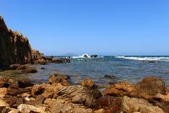 La côte rocailleuse de la fève de chapeau, Tunisie image stock