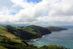La côte accidentée de l'Océan Atlantique sur l'île de San Miguel Images stock