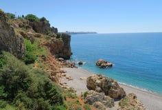 La côte aux falaises de la plage de Konyaalti à Antalya Photographie stock libre de droits
