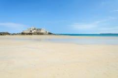 La côte de plage sablonneuse dans la Bretagne Images libres de droits