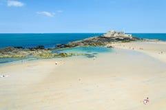 La côte de plage sablonneuse dans la Bretagne Photo stock