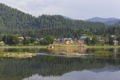La côte du lac Teletskoye, le village Iogach Photographie stock libre de droits