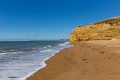 La côte jurassique BRITANNIQUE de Dorset Angleterre de plage de Burton Bradstock avec des falaises et le blanc de grès ondule en  image libre de droits