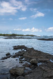 La côte le long de la plage noire de sable en grande île, Hawaï Images libres de droits