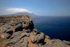 La côte rocheuse de la Grèce Photographie stock