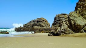 La c?te rocheuse du Portugal, vagues de l'Oc?an Atlantique banque de vidéos
