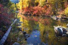 La caída colorea el río Washington de Wenatchee de las rocas Foto de archivo libre de regalías