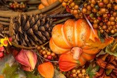 La caída colorea las decoraciones caseras - los conos de la calabaza y del pino Imagenes de archivo