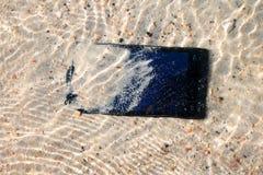 La caída de la cámara del teléfono a la agua de mar Imágenes de archivo libres de regalías