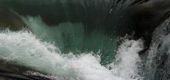 La caída del agua y salpica fotografía de archivo libre de regalías