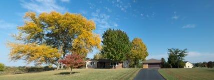 La caída del hogar de la casa de rancho colorea panorama Imagen de archivo libre de regalías