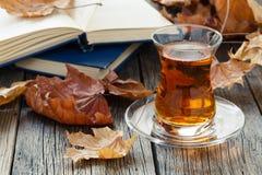 La caída relaja tiempo con té y té de consumición Fotos de archivo libres de regalías