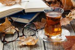 La caída relaja tiempo con té y té de consumición Imagenes de archivo