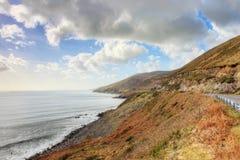 La cañada costera del camino en Irlanda. Foto de archivo libre de regalías