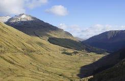 La cañada en resto de las montañas y sea agradecida imagen de archivo