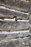 La cabaña de madera aserró registros para arrinconar el primer con nieve mientras tanto fotos de archivo libres de regalías