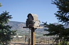 La cabaña de madera azul del pájaro Imagen de archivo libre de regalías
