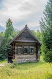 La cabaña de madera histórica vieja en Rusia rural, Siberia rodeó por el bosque del verano Imagenes de archivo