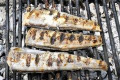 La caballa asada de los pescados de la res muerta cocinó en la parrilla, visión superior, clo Imágenes de archivo libres de regalías