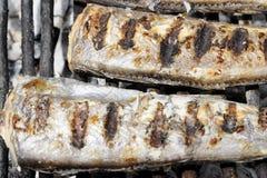 La caballa asada de los pescados de la res muerta cocinó en la parrilla, visión superior, clo Imagen de archivo libre de regalías