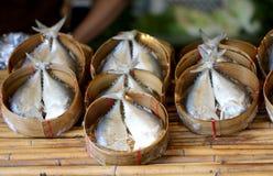 La caballa coció al vapor en el bambú tejido para la venta en el mercado imágenes de archivo libres de regalías