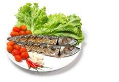 La caballa de los pescados del filete asó a la parrilla Saba y el acompañamiento del ingrediente aislados en blanco fotos de archivo libres de regalías