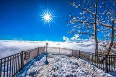 La cabeza de Ceasars pasa por alto sobre las nubes en un Nevado Sunny Day Fotografía de archivo