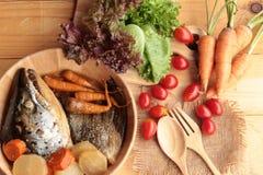 La cabeza de color salmón cocinó de la salsa del yaki del tari con las verduras frescas Fotos de archivo