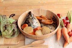 La cabeza de color salmón cocinó de la salsa del yaki del tari con las verduras frescas Imagen de archivo libre de regalías