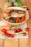 La cabeza de color salmón cocinó de la salsa del yaki del tari con las verduras frescas Fotografía de archivo