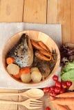 La cabeza de color salmón cocinó de la salsa del yaki del tari con las verduras frescas Imagen de archivo