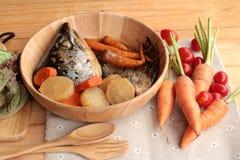 La cabeza de color salmón cocinó de la salsa del yaki del tari con las verduras frescas Fotografía de archivo libre de regalías