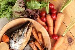 La cabeza de color salmón cocinó de la salsa del yaki del tari con las verduras frescas Foto de archivo libre de regalías