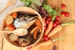 La cabeza de color salmón cocinó de la salsa del yaki del tari con las verduras frescas Fotos de archivo libres de regalías