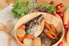 La cabeza de color salmón cocinó de la salsa del yaki del tari con las verduras frescas Foto de archivo