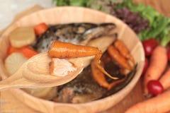 La cabeza de color salmón cocinó de la salsa del yaki del tari con las verduras frescas Imagenes de archivo