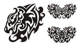 La cabeza del león y los símbolos tribales de mariposas formaron por la cabeza del águila Imágenes de archivo libres de regalías