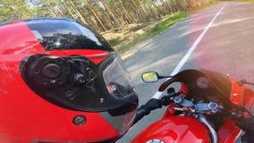 La cabeza del motorista en una consola del casco y de la motocicleta metrajes