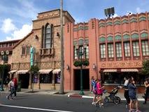 La cabeza del ` s de Adrian y de Edith al dedo del pie hace compras, los estudios de Hollywood, Orlando, FL Fotos de archivo libres de regalías