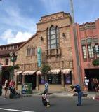 La cabeza del ` s de Adrian y de Edith al dedo del pie hace compras, los estudios de Hollywood, Orlando, FL Foto de archivo libre de regalías