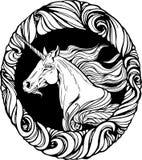 La cabeza del unicornio en marco floral del estilo Foto de archivo