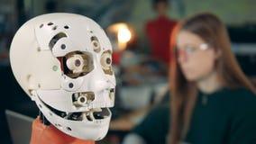 La cabeza robótica abre su boca bajo supervisión de un experto femenino almacen de video