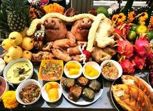 La cabeza y el acompañamiento del ` s del cerdo para adorar a dios es darle nuestro amor en las tradiciones de Tailandia Imagenes de archivo