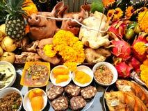 La cabeza y el acompañamiento del ` s del cerdo para adorar a dios es darle nuestro amor en las tradiciones de Tailandia Fotos de archivo libres de regalías