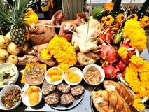 La cabeza y el acompañamiento del ` s del cerdo para adorar a dios es darle nuestro amor en las tradiciones de Tailandia Fotografía de archivo