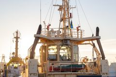 La cabina del capitán en el barco en puerto en luces del sunnset Invierno fotografía de archivo libre de regalías