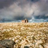 La cabina del cazador abandonado en el alto ártico Foto de archivo libre de regalías